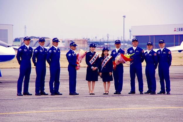 小牧基地航空祭。。ブルーインパルスパイロットドルフィンライダーと一日基地司令局長と記念撮影