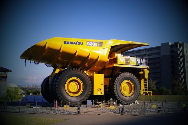 西日を浴びて。。コマツの世界最大級の超大型ダンプ930E
