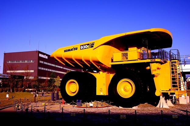 建設機械製造メーカー コマツの世界最大級の超大型ダンプ