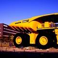 Photos: 建設機械製造メーカー コマツの世界最大級の超大型ダンプ