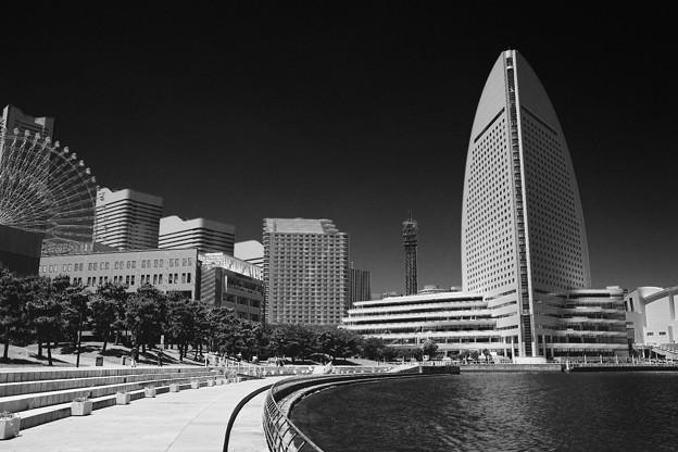 モノクロな世界 横浜新港の風景。。5月30日