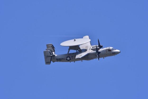 デモ訓練飛行から帰投オーバーヘッドアプローチへ。。E-2Cホークアイ