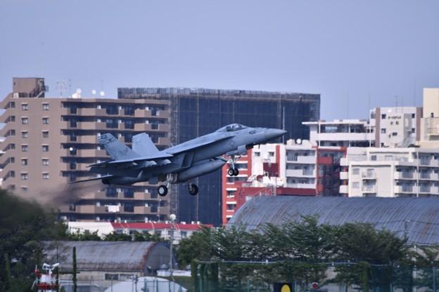 厚木基地から見ると街中を戦闘機。。アプローチ
