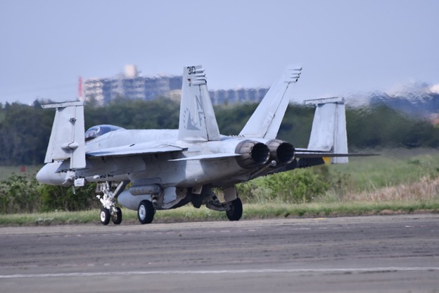 厚木の艦載機 羽を折り畳んで。。EA-18Gグラウラー