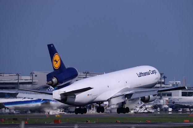 成田空港。。さくらの山公園にてハンザのカーゴ B747-400タッチダウン