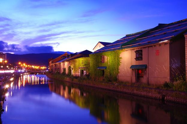 日も落ちて。。静寂な水面へ。。小樽運河 20160723