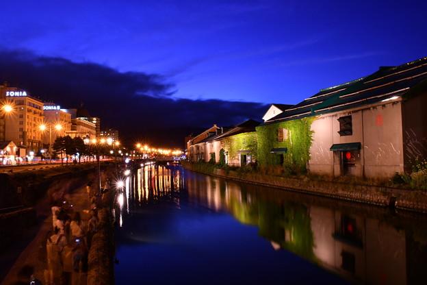 周りが暗くなると綺麗なライトアップへ小樽運河 20160723