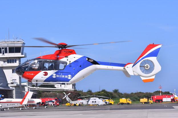 報道ヘリ。。毎日新聞社ヘリコプター到着。。