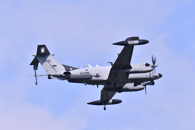 ある日の厚木基地。。電子偵察機RC-12X帰投。。29160812