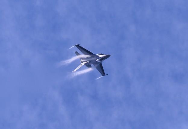 一気に急降下するF-16デモストレーションチーム。。