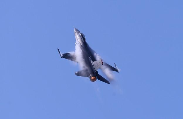 三沢の青空。。ロケットのように。。F-16上昇
