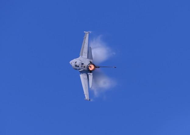 ベイパー出しながら急上昇。。F-16