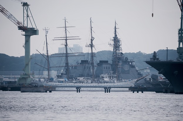 横浜造船所。。奥には海自護衛艦と海王丸かな?(^o^) 20160925