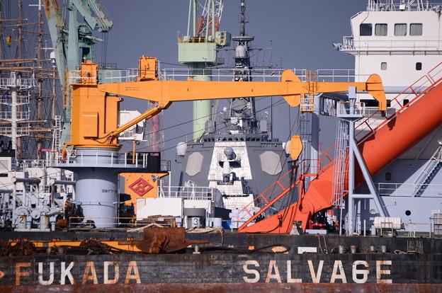 横浜造船所。。見える海自のイージス艦。。20160925