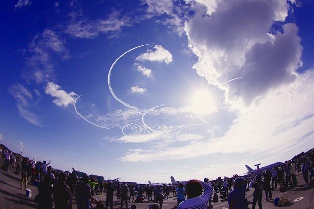 逆光の浜松基地上空で。。ブルーインパルス サクラ描き