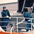 晴海埠頭へ接岸作業中の海上自衛隊員 20161110
