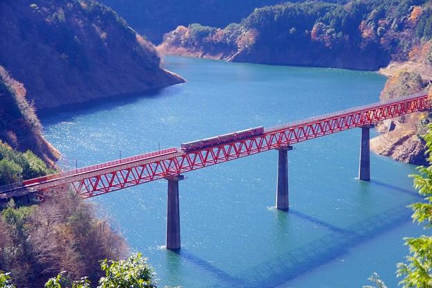 撮って出し。。エメラルドグリーンの湖にアプト式鉄道井川線渡る。。 12月10日