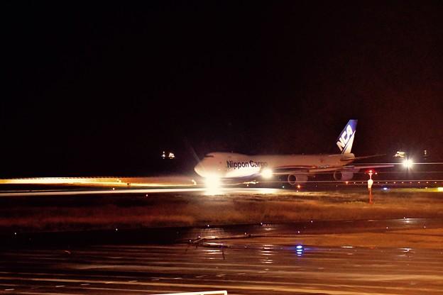 雨降る北九州空港。。夜のフライト日本貨物航空NCA B747-8F。。20161127