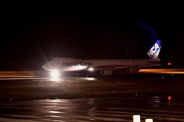 雨の北九州空港から日本貨物航空のB747-8Fテイク・オフ。。20161127