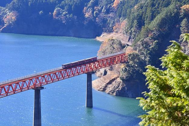 トロッコ列車。。アプト式井川線 ダム湖の鉄橋渡る。。20161210