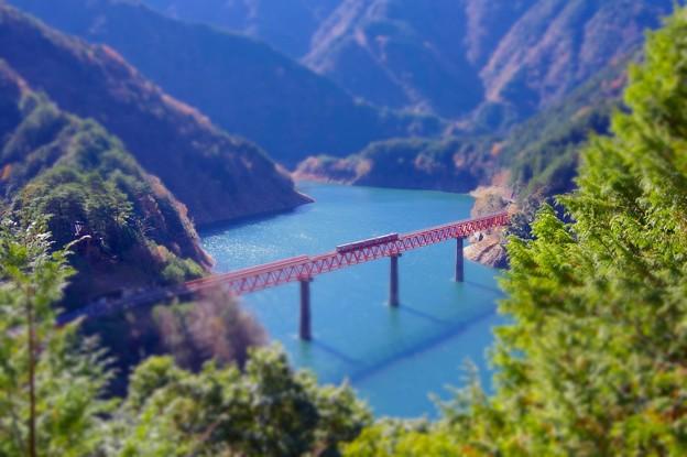 ミニチュア風景。。アプト式井川線 ダム湖の鉄橋。。エメラルド色の湖 20161210