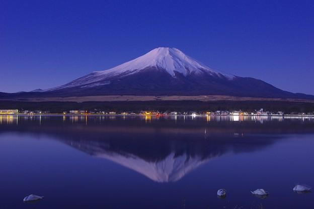 2017年元旦の初富士山の日の出前。。湖畔に映る富士山 20170101