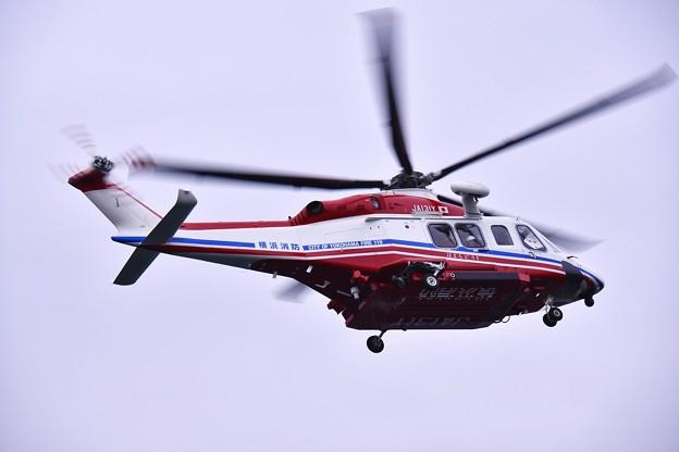 横浜消防出初式。。一斉放水の為に飛来した横浜消防ヘリコプター 20170108