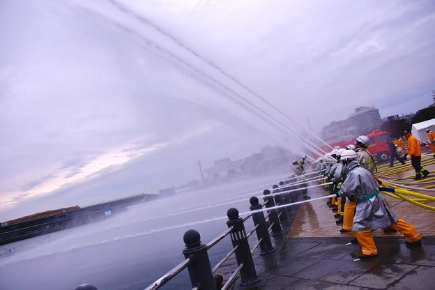 横浜消防出初式。。陸からの海に向かって一斉放水。。201070108