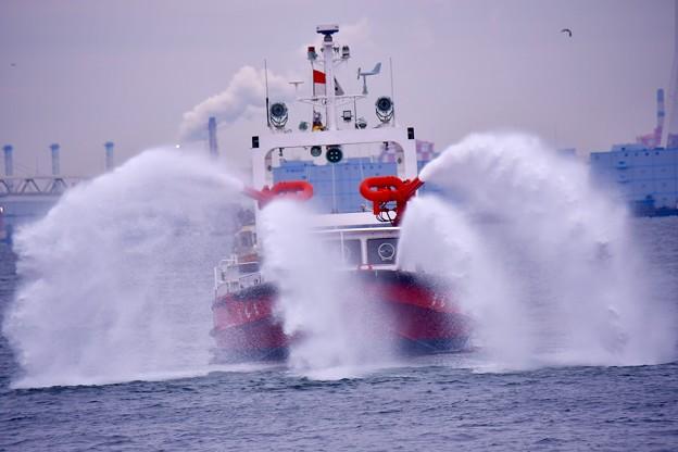 横浜消防出初式。。一斉放水 消防艇まもりから勢い良く水出し。。20170108