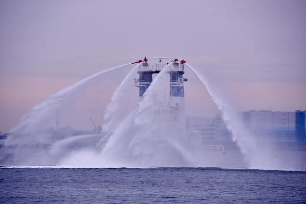 横浜消防出初式。。一斉放水 海上保安庁の消防船ひりゆうから勢い良く水出し 20170108