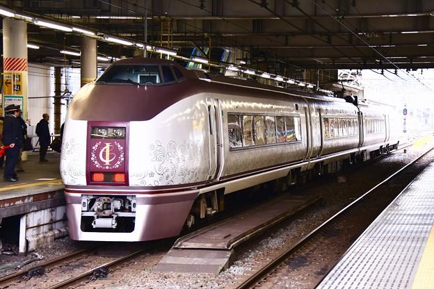 春の伊豆へ。。快速伊豆クレイル。。小田原駅ホームへ651系。。20170205