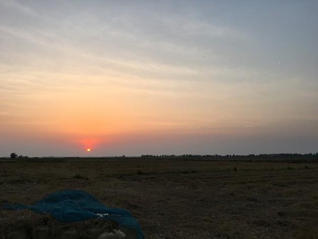 雄大な台地と沈む夕日と深夜の作業 (10)
