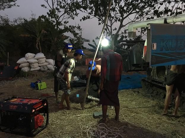 雄大な台地と沈む夕日と深夜の作業 (12)