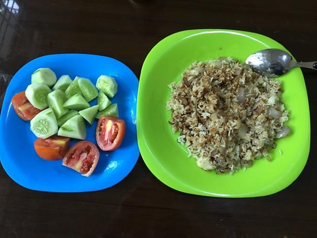 自炊のガーリックライスとサラダ (1)