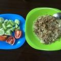 写真: 自炊のガーリックライスとサラダ (1)