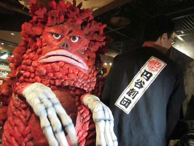怪獣酒場のガラモンさん、付き添いのお兄さんのお背中Tシャツ円谷劇団素敵すぎてツーショットお願いしちゃったごっめーん!!!
