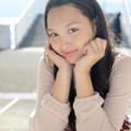 写真: モニカ瑠那白テーブル頬杖