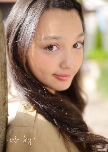 写真: モニカ瑠那微笑アップ