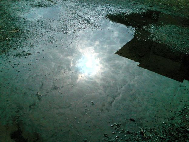 水溜まり空模様