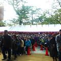 写真: 神職のお祓いを待つ多くの参拝者