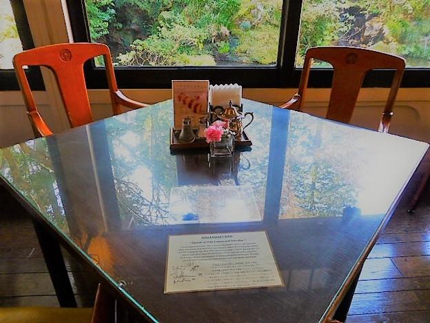 ジョンレノン夫妻の座ったテーブル