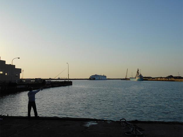 55_夕方6時のあかね号と釣り人