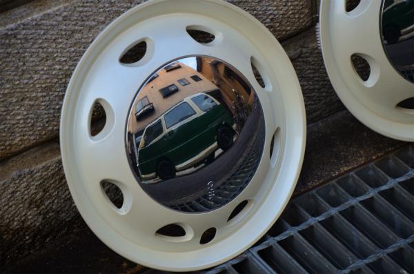 きれいにしたホイールキャップに映り込むミニバス