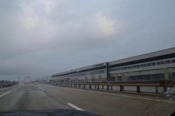 3月14日に開通したばかり北陸新幹線の駅を見ながら走る