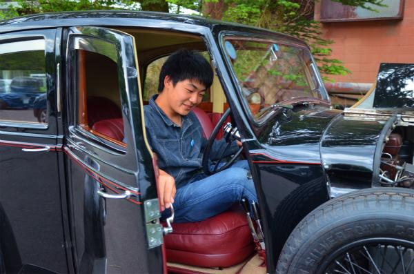 1937年製のベントレーの運転席に乗り込んだ次男