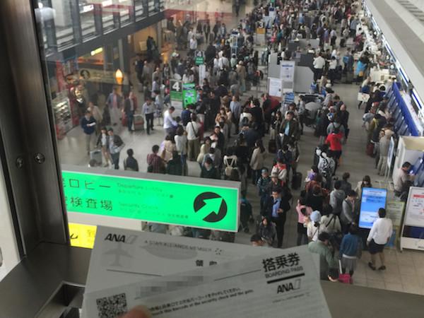 大型連休初日で混雑する大阪伊丹空港