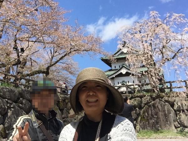 仮住まい中の天守閣と、桜と、青空と、白神爺さんと会えて大喜びの家内