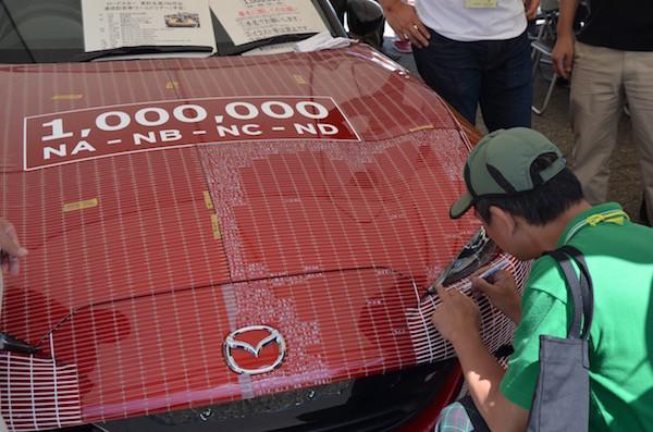 センスの無い緑野郎が100万台記念車に落書きしている