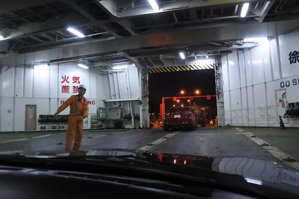 フェリーは青森港に到着、船から降ります。
