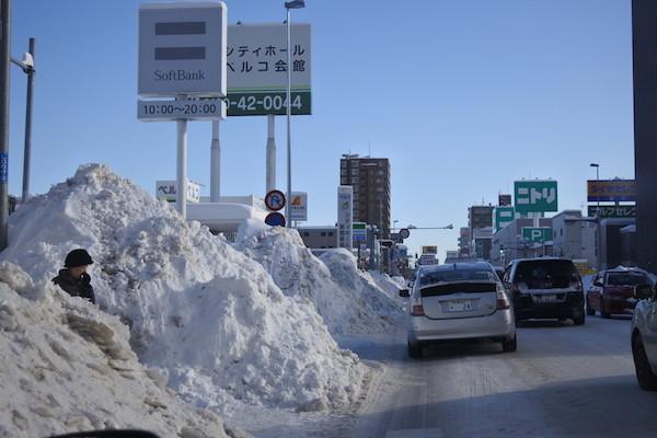 札幌市内の除雪の山の高さに驚く